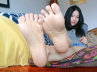 Joven asiatica desea que le chupes sus pies suaves