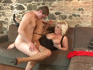 Chubby mature sure loves the young inches in her