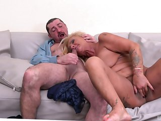 Mature loads pussy and indiscretion with a strong dong